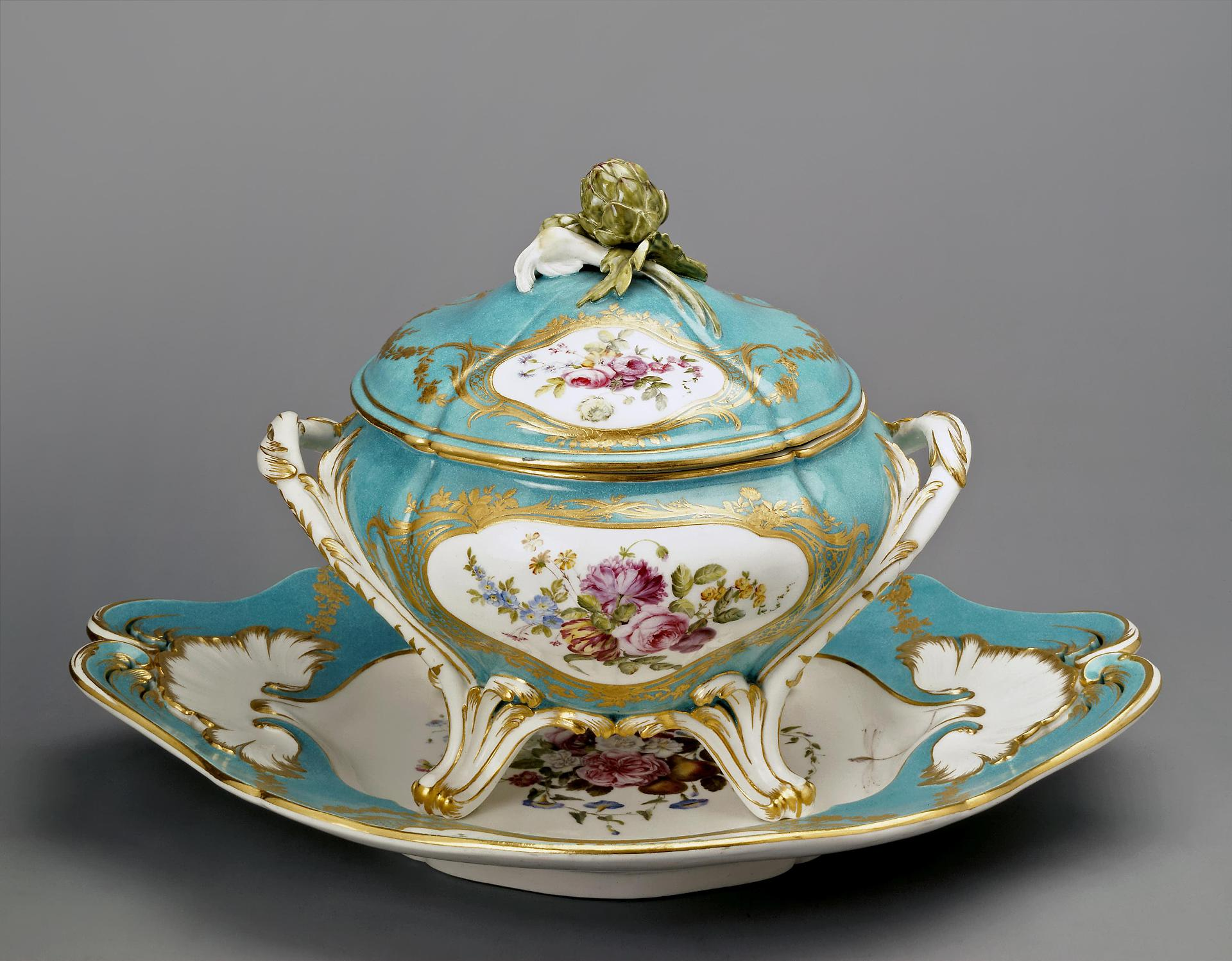 A bowl with a lid, France, Sèvres, 1760, soft porcelain